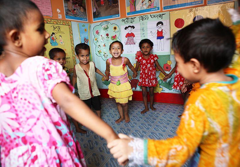 Bangladeshin-slummissa-asuvia-lapsia-leikkimässä