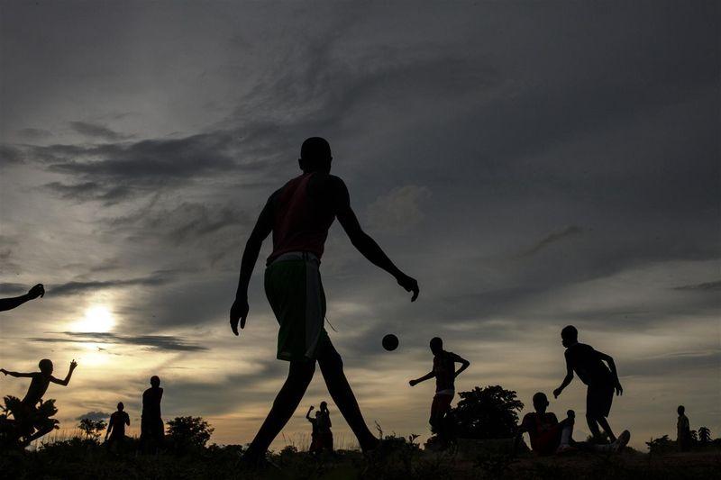 Entisiä lapsisotilaita pelaamassa jalkapalloa UNICEFin tukemassa keskuksessa vuonna 2012.