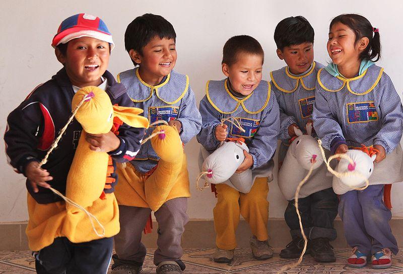 Bolivialaisia-lapsia-leikkimässä