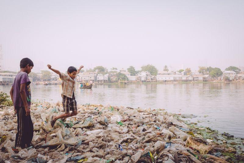 Bangladeshilaisia lapsia Dhakan slummien liepeillä